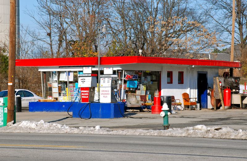 Gas_station_Lee